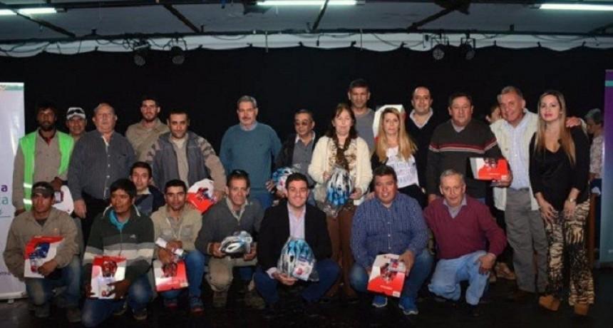 Se entregaron cascos y luces a empleados municipales de Rivadavia
