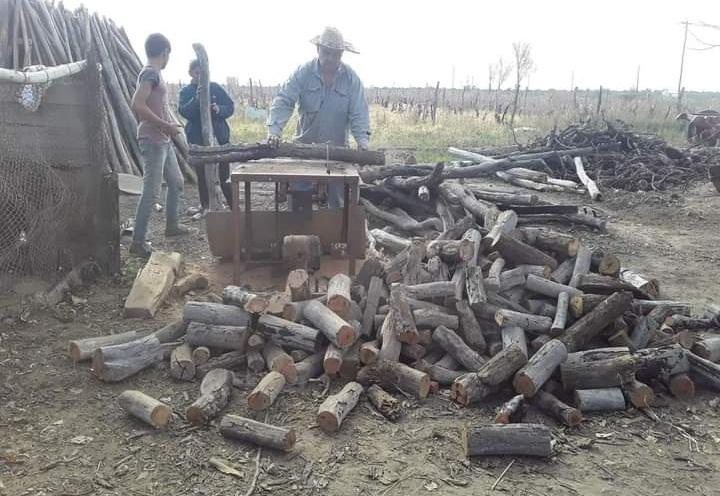 Productor de La Dormida se hartó de la crisis y hace leña con sus viñedos para irse a vivir a Italia