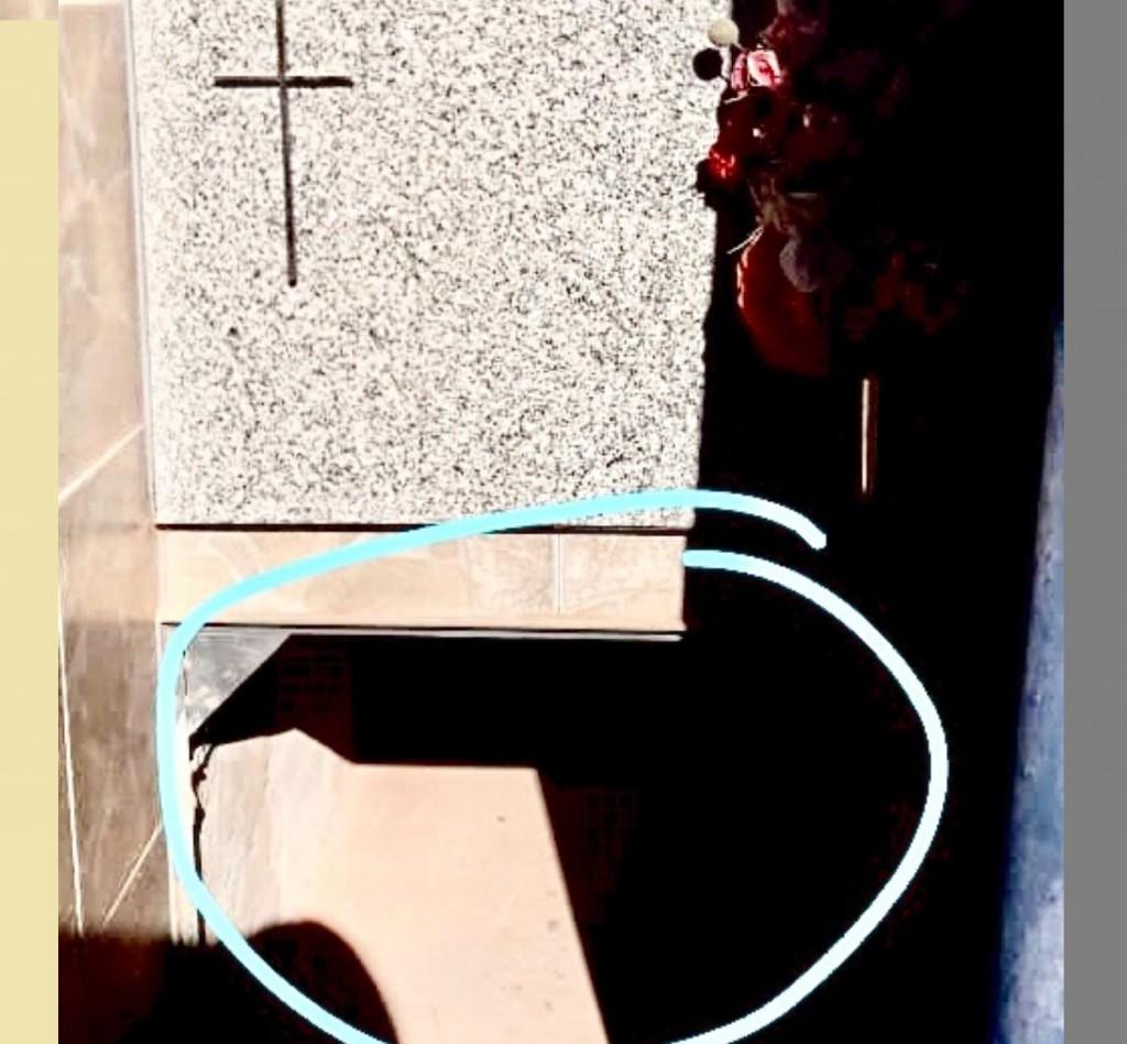Fue al cementerio a llevar flores a su padre y noto que faltaba la tapa de mármol