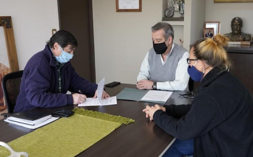 Junín y el INTA firmaron un convenio para la entrega de pollitos para promover granjas familiares