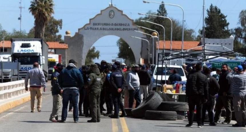 De Pedro se comunicó con los productores para que pasen más camiones por Desaguadero